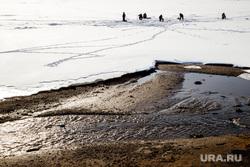 Виды Перми, зима, лед, рыбаки, зимняя рыбалка, потепление, рыбаки на льдине, весна