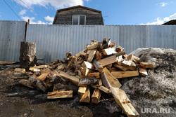 Река Тобол. Разное. Курган, дрова, дрова у дома, крыша дома, забор