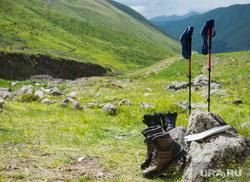 Кавказские горы в окрестностях Эльбруса, ботинки, путешествие, поход, отдых, туристы, палки, долина реки уллухурзук, туризм