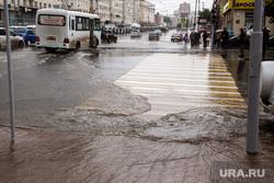 Затопление центральных улиц во время дождя. Екатеринбург, пешеходный переход, ливень, потоп, дождь