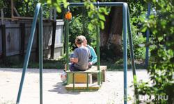 Виды города. Курган, двор, дети, детская площадка, мальчики, качели