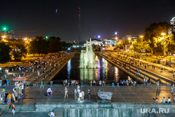 Плотинка ночью в жару. Отдыхающие екатеринбуржцы. Екатеринбург, ночной город, город екатеринбург, плотинка