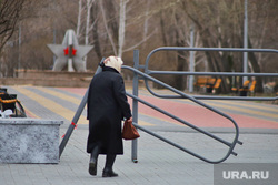Жители города во время самоизоляции. Курган , пенсионерка, парк победы, пенсия, Жители города, бабушка