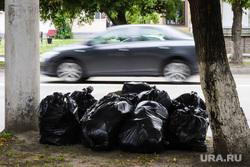 Разное. Курган, автодорога, мешки с мусором, обочина, машина, мусорные мешки
