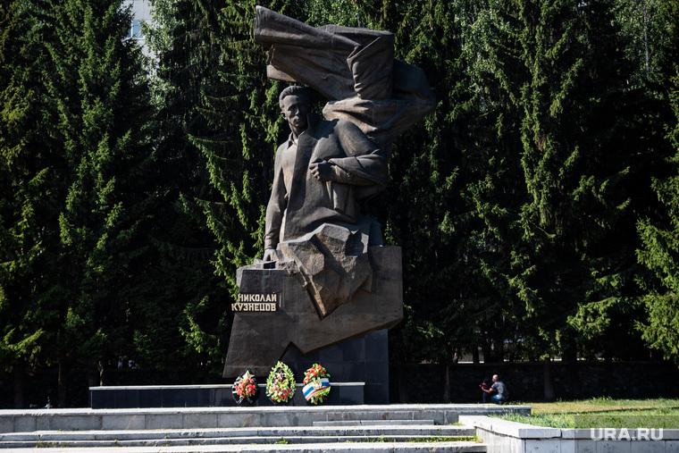Возложение цветов к памятнику Николая Кузнецова. Екатеринбург