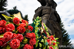 Возложение цветов к памятнику Николая Кузнецова. Екатеринбург, памятник николаю кузнецову