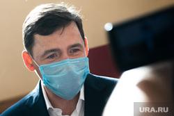 Голосование по внесению поправок в Конституцию РФ в гимназии №104. Екатеринбург, куйвашев евгений, медицинская маска, защитная маска, маска на лицо