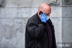 Екатеринбург во время пандемии коронавируса COVID-19, перчатки, медицинская маска, защитная маска, разговаривает по телефону, екатеринбург , маска на лицо, масочный режим, covid19, коронавирус, пандемия коронавируса