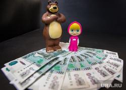 Маша и Медведь с деньгами, игрушки, маша и медведь, деньги, тысячи