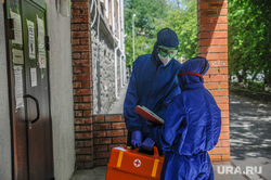 Эвакуация общежития тюменского государственного медицинского университета. Тюмень, эвакуация, общежитие, тест на covid19, тест на коронавирус, врач в костюме, врач в маске, врач в защитном костюме