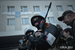 Ситуация на востоке Украины. Луганск. Захват здания МВД, автоматчик, ополчение, луганск, захват мвд, вооруженние, боевик