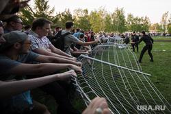 Акция против строительства собора святой Екатерины на Октябрьской площади. Екатеринбург, ограждение сломано, протест, сквер на драме