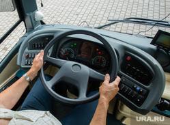 Осмотр тестового образца электробуса главой города Шуваловым Вадимом. Сургут, водитель автобуса, руль, элетробус, руки на руле