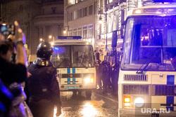Несанкционированная акция на Пушкинской площади в Москве. Москва, автозак, задержание активистов, полиция, росгвардия, несанкционированный митинг, космонавты, винтилово, дождь, протесты, нет поправкам в конституцию, петровка улица, иция