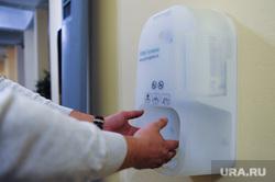 Аппарат для дезинфекции рук в правительстве Челябинской области. Челябинск, дезинфекция, антисептик, обеззараживание, коронавирус