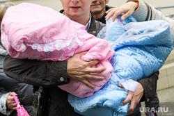 Выписка из роддома. Екатеринбург, роддом, двойняшки, материнский капитал, дети, девочка, мальчик, младенец, новорожденные