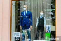 Маски защитные на манекенах магазина Пеплос. Челябинск, витрина, школьная форма, манекен, маска защитная, пеплос