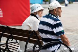 Объезд Александра Высокинского по Октябрьскому району. Екатеринбург, пожилая женщина, пожилая пара, пожилой мужчина, сидят на скамейке, пенсионеры