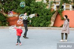 Виды Тюмени. Тюмень , семья, лужа, мыльные пузыри, отдых, игра