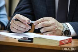 Судебное заседание по уголовному дела директора аэропорта Коваленко. Курган  , ежедневник, часы, руки, шариковая ручка