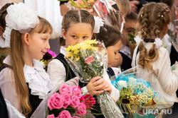 Торжественная линейка в школе № 106. Екатеринбург, линейка, первый класс, дети, первое сентября, школа, цветы