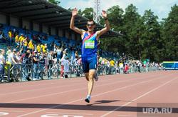 Зеленый марафон на легкоатлетическом стадионе имени Елесиной. Челябинске, бегун, спортсмен, финиш, стадион