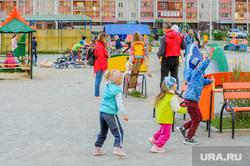 Дворовая площадка с жителями, которые не соблюдают режим самоизоляции. Челябинск, двор, малые формы, детская площадка