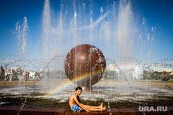 Виды города. Екатеринбург, радуга, жара, лето, солнце, мальчик, фонтан, октябрьская площадь