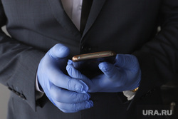 Единая Россия вручает медикам ключи от машины. Курган , гигиена, резиновые перчатки, телефон в руках, соблюдение правил гигиены
