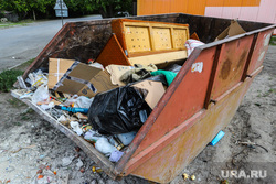 Виды города. Курган, мусор, контейнер для мусора