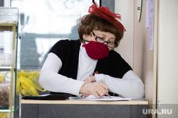Город во время режима самоизоляции. Сургут, человек в маске от гриппа, медицинская маска, вирус, санитарные нормы, коронавирус