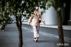 Работа ресторанов во время режима самоизоляции. Екатеринбург, девушка в маске, пандемия коронавируса