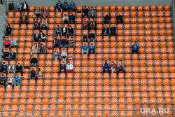 Матч ФК Урал - ФК Рубин. Екатеринбург , социальная дистанция, трибуна стадиона, зрительская трибуна, трибуна со зрителями, зрители на трибуне