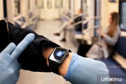 Москва во время объявленного режима самоизоляции. Москва, часы, резиновые перчатки, вагон метро, 1422