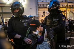 Несанкционированная акция против принятия поправок к Конституции РФ на Пушкинской площади в Москве. Москва, автозак, задержание активистов, полиция, росгвардия, протест, несанкционированный митинг, космонавты, винтилово, дождь, петровка улица, хапун