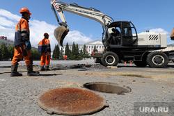 Ремонтные работы Водного союза на площади Ленина. Курган, площадь ленина, открытый люк, ремонт водопровода