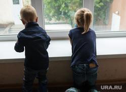 Клипарт. Магнитогорск, бахилы, подоконник, дети, мальчик с девочкой, окно