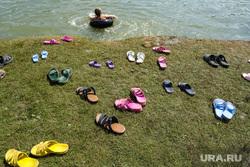 Пляжный отдых. Курган, берег, сланцы, лето, пляж, отдых, водоем, купание в озере, обувь