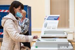 Подсчёт бюллетеней голосования по поправкам к Конституции на избирательном участке №1242. Екатеринбург, коиб, голосование, бюллетень, поправки в конституцию, общероссийское голосование, голосование по поправкам в конституцию