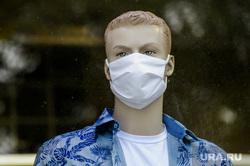 Маски защитные на манекенах магазина Пеплос. Челябинск, витрина, манекен, маска защитная, пеплос