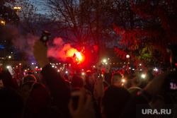 Третий день протестов против строительства храма Св. Екатерины в сквере у театра драмы. Екатеринбург, сквер, огонь, протест, толпа, сквер на драме, свет, фонарики