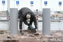 Заградительные столбики перед терминалом аэропорта