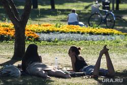 Виды Екатеринбурга, жара, отдых горожан, сквер на драме, лето в городе