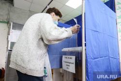 Общероссийское голосование по поправкам к Конституции Российской Федерации. Курган , пенсионерка, пожилая женщина, избирателный участок, дистанция, бабушка, общероссийское голосование