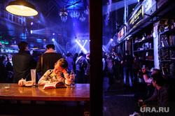 Концерт рэпера Гнойного в Доме Печати. Екатеринбург, ребенок, дом печати, дети, мальчик, читает книгу, бар, ночной клуб