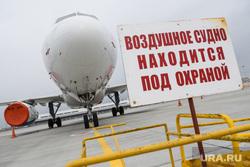 Двадцатый день вынужденных выходных из-за ситуации с CoVID-19. Екатеринбург, аэропорт, стоянка самолета, воздушное судно под охраной
