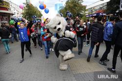 День города Челябинск, улица кировка, трактор, ростовые куклы