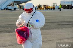 В аэропорту Челябинска приземлился «Суперджет» с вахтовиками Чаяндинского месторождения Якутии. Челябинск, эпидемия, медицинская маска, защитная маска, врач, эпидемия осталась, медики, коронавирус, инфекционист, эпидемиолог, пандемия коронавируса