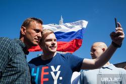 Митинг Либертарианской партии против пенсионной реформы. Москва, российский флаг, протестующие, навальный алексей, митинг, триколор, флаг россии, селфи со звездой, протест