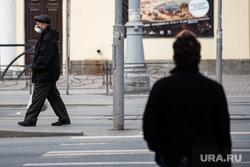Екатеринбург во время пандемии коронавируса COVID-19, медицинская маска, защитная маска, пожилой мужчина, маска на лицо, covid-19, covid19, коронавирус